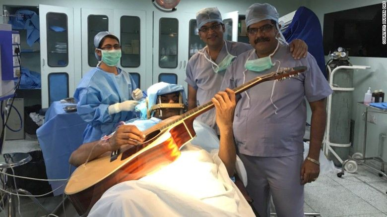 A cantat la chitară in timpul operației pe creier